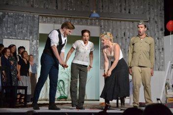Das Herz zerbricht: Nemorino (Santigao Sánchez), Adina (Doris S. Langara), Giannetta (Katharina Wittmann), Belcore (Stephen Barchi) und Chor.